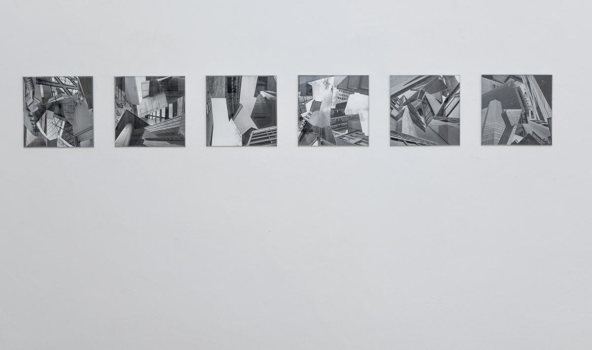 """Bremen Claassen-Schmal Galerie für Gegenwartskunst Barbara Claassen-Schmal Ausstellung Cornelia Hoffmann """"Schwindel der Freiheit"""", 2011, Collage (Fotografie u. Klebeband, gerahmt) Schwindel der Freiheit nennt Kornelia Hoffmann ihre Collage-Serie, und tatsächlich gerät man leicht ins Schwanken angesichts der Schluchten, die sie in ihren Bildern entstehen lässt. Hochhausfassaden, Sichtbeton und modernistische Strenge verorten das Sujet im urbanen Stadtraum. Alle Aufnahmen der Serie sind in Frankfurt am Main entstanden, doch ist es gerade jene Abstraktion der isolierten Architekturen, die eine Verortung ausschließt. Hoffmanns fotografischen Vorlagen dienen somit auch nicht der Einordnung oder Dokumentation. Durch das Herauslösen und die Montage von Fragmenten eröffnet sie auf der planen Bildfläche vielmehr einen neuen, fiktiven Lebensraum. Die einzelnen Bildteile stoßen in starken Schwarz-Weiß Kontrasten aufeinander und hinein in den von ihnen erzeugten Raum. Schräge, scharfe Schnitte und geometrische Strenge dominieren das Arrangement. Amorphes findet nur in Form von Vegetation Eingang in diese kubistische Welt. So entstehen schwindelnde, oft prekär anmutende Kompositionen. Hoffmann betont die medialen Parameter der Collage zusätzlich, indem sie das adhäsive Element durch Klebestreifen sichtbar macht. Sie bekommen eine doppelte Funktion: einerseits als mediale Notwendigkeit, die die Namengebung des Genres (vom franz. """"coller"""", kleben) unterstreicht, gleichzeitig jedoch auch als sinnstiftendes Bildelement, das scheinbar nicht nur den Foto-Fragmenten sondern auch dem über die Abbildung hinausweisenden Raum Stabilität zu bieten vermag. Yvonne Bialek, 2011 www.korneliahoffmann.de Ausstellung 19.01.-29.02.2013"""